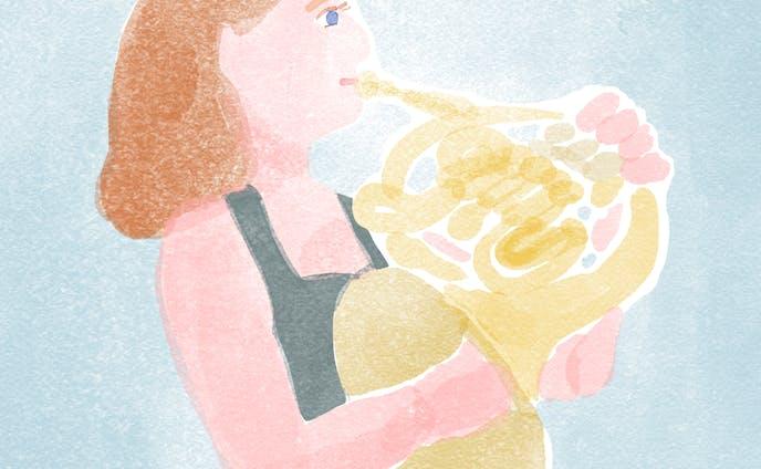 ホルンを吹く女性