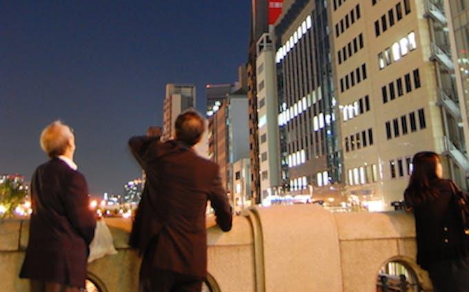 「皆既月食」観察-淀屋橋、会社帰りのサラリーマンでにぎわう