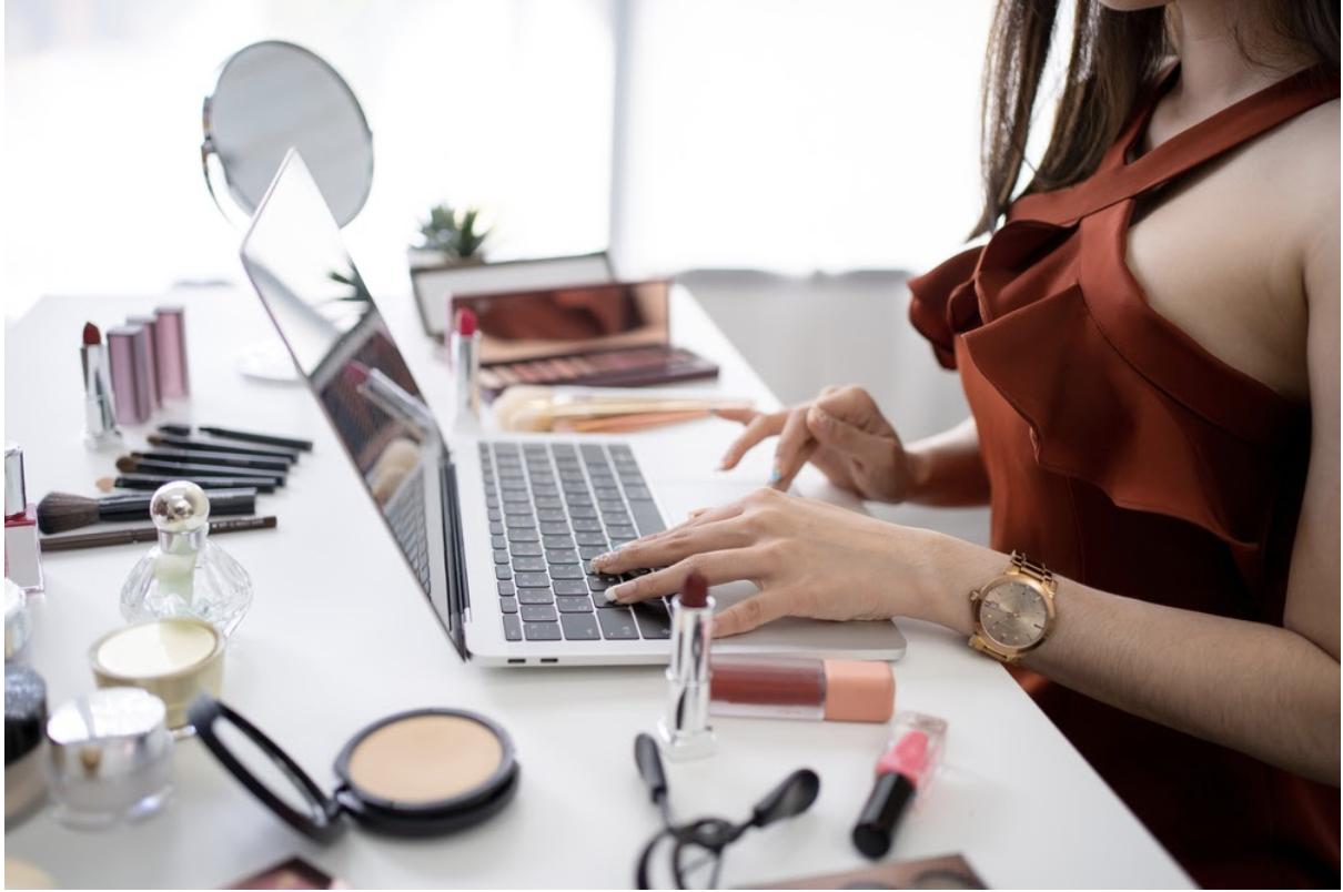 美容師にオススメの副業6選!Wワークのメリットやバレる際の事例も紹介 | キレイビズメディア