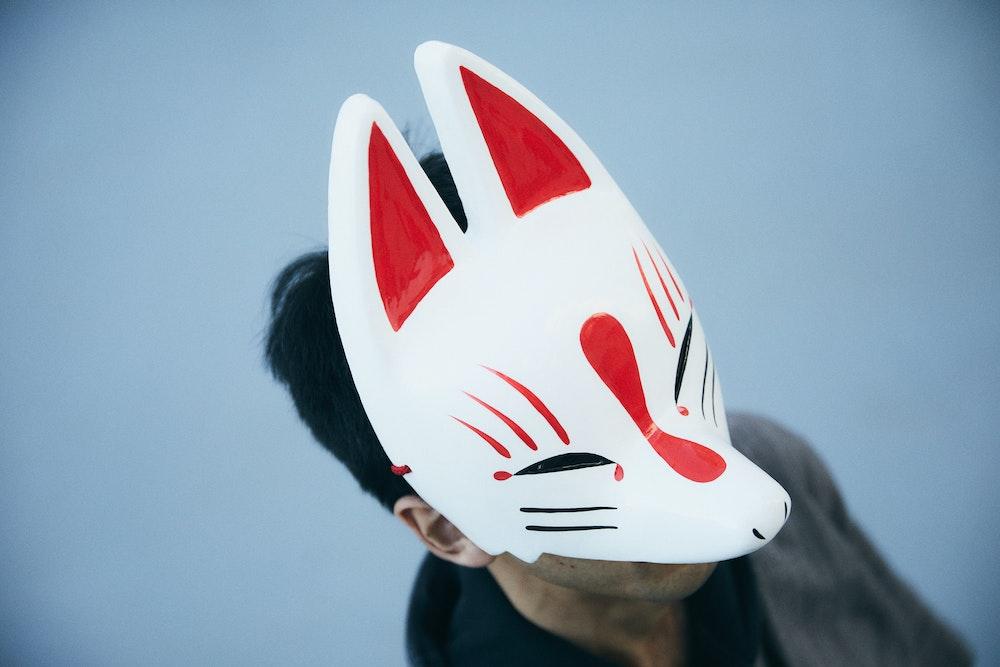 僕の故郷はインターネット。狐面のフリーライターが語るカルチャーの世界