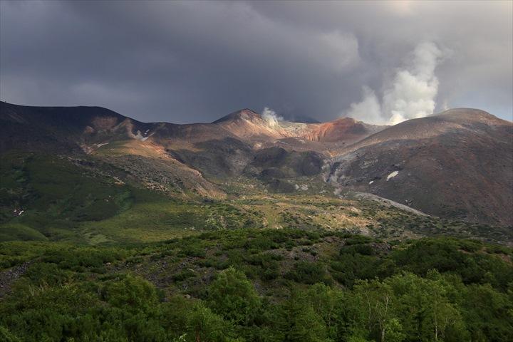 十勝岳望岳台|母なる山の美しさと、大自然の鼓動を感じる絶景のステージ