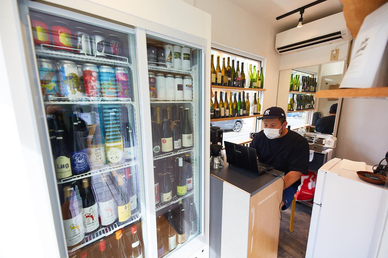 自由が丘の「街の酒屋」へ、コーヒーとナチュールワイン店がオープン